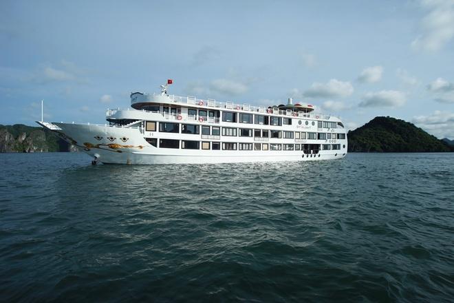 2.Du thuyền Starlight Hạ Long: Hạ thủy lần đầu 5 năm 2013, Starlight Hạ Long là một trong những du thuyền mới nhất phục vụ du khách trên vịnh Hạ Long. Với diện tích lên tới 600 m2 mỗi tầng, du khách sẽ có cảm giác như đang ở trên một khách sạn 5 sao đẳng cấp trên mặt đất. Đặc biệt trên du thuyền có một hầm rượu lớn với nhiều loại rượu cao cấp, đáp ứng những thú thưởng thức của những du khách khó tính. Giá tour 2 ngày 1 đêm trên Starlight Hạ Long rẻ nhất là 2,99 triệu, tour 3 ngày 2 đêm là 6,3 triệu. Ảnh: Duthuyen.halongcruise.vn.