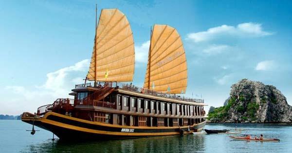 4.Indochina Sails Hạ Long: Du thuyền sang trọng mang thương hiệu Indochina Sails sử dụng nội thất gỗ cao cấp được trạm trổ cầu kỳ, mỗi phòng đều rộng rãi thoáng mát với phòng tắm riêng bằng đá cẩm thạch. Với nhà hàng và quầy bar riêng biệt, du khách trải nghiệm trên Indochina Sails với các tiện nghi đẳng cấp sẽ để lại ấn tượng khó phai. Giá tour trên Indochina Sails cũng tương đối mềm, 2 ngày 1 đêm có giá 2,8 triệu, còn với tour 3 ngày 2 đêm có giá 5,2 triệu mỗi người. Ảnh: Dulich-halong.com.