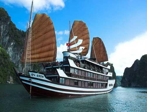 8.Du thuyền Bhaya Hạ Long: Với lối kiến trúc kết hợp phong cách hài hòa và tinh tế giữa phong cách truyền thống Phương Đông và nét hiện đại Phương Tây.  Bhaya Hạ Long với một đội ngũ phục vụ chuyên nghiệp, những đầu bếp đẳng cấp phục vụ, cùng rất nhiều chương trình giải trí đặc sắc tạo nên ấn tượng mạnh mẽ với những du khách khi có dịp trải nghiệm. Giá cho tour du lịch trên Bhaya Hạ Long 2 ngày 1 đêm rẻ nhất là 2,8 triệu, 3 ngày 2 đêm là 5,6 triệu đồng. Ảnh: Vtc.vn.