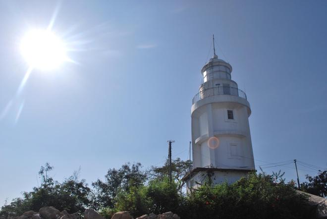 Nhung cong trinh bieu tuong cua cac thanh pho Viet Nam hinh anh 11 Thành phố Vũng Tàu – Ngọn Hải Đăng Vũng Tàu: Ngọn Hải Đăng Vũng Tàu nằm trên đỉnh núi Nhỏ (núi Ba Phùng), được xem là công trình biểu tượng của thành phố biển Vũng Tàu. Được xây dựng vào năm 1862, đây là một trong những ngọn hải đăng cổ nhất của Đông Nam Á, gắn bó với lịch sử phát triển của thành phố. Ảnh: Geckotrip.com.