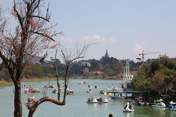 Da Lat khong co cho cho su co don hinh anh 1 Du thuyền trên hồ Xuân Hương - Đà Lạt. Ảnh: Thanh Toàn.