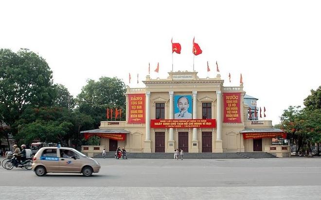 Nhung cong trinh bieu tuong cua cac thanh pho Viet Nam hinh anh 4 Thành phô Hải Phòng - Nhà Hát Lớn: Nhà hát lớn thành phố Hải Phòng là một trong ba Nhà Hát Lớn của Việt Nam được xây dựng vào thời kỳ Pháp thuộc, cùng với Nhà Hát Lớn Hà Nội và TP HCM. Công trình là một trong những di tích văn hóa tiêu biểu của lối kiến trúc cổ Việt Nam, với lối trang trí phù điêu độc đáo cùng bố cục hài hòa. Với bề dày lịch sử, công trình đã trở thành biểu tượng, theo sát những năm tháng chiến tranh và phát triển của người dân đất Cảng. Ảnh: Vũ Xuân Lộc.