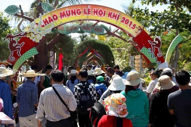 Le hoi khi khoi dong Festival bien Nha Trang 2015 hinh anh 1 Du khách tấp nập đến xem lễ hội khỉ 2015 trên đảo Hòn Lao. Ảnh: Minh Thảo.