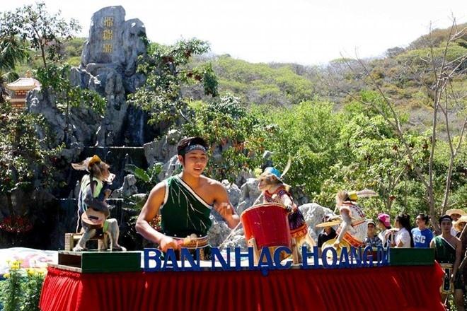Le hoi khi khoi dong Festival bien Nha Trang 2015 hinh anh 3 Ban nhạc hoang dã của những chú khỉ thông minh. Ảnh: Minh Thảo.