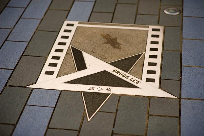 Nhung diem khong the bo qua khi den Hong Kong hinh anh 4 Tên và dấu bàn tay của các nghệ sĩ nổi tiếng được in trên những tấm bia trên mặt đường. Ảnh: Shafir.