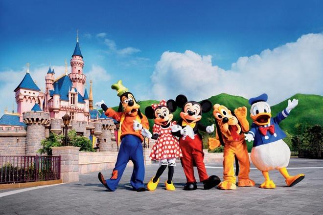 Nhung diem khong the bo qua khi den Hong Kong hinh anh 8 Công viên Disneyland: Công viên tọa lạc trên đảo Lantau, gần sân bay quốc tế Hong Kong, diện tích 126 ha, khai trương vào ngày 12/9/2005, được chia làm 7 khu vui chơi: Đường phố Mỹ, Thế giới thám hiểm, Thế giới viễn tưởng, Thế giới ngày mai, Đại bản doanh đồ chơi, Hang gấu và Sơn trang ly kỳ, trong đó khu Hang gấu và khu Sơn trang ly kỳ chỉ có ở Disneyland Hong Kong. Ảnh: Grayline.