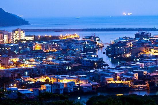 Nhung diem khong the bo qua khi den Hong Kong hinh anh 10 Làng chài Tai O: Làng chài Tai O vốn là một làng chài truyền thống ở Hong Long, người dân ở đây vẫn chủ yếu sống bằng nghề đánh bắt cá trên những con thuyền nhỏ lênh đênh trên mặt nước. Bên cạnh những con thuyền nhỏ là hàng chục cao ốc hiện đại mọc lên xung quanh, hình thành nên một sự đối lập thú vị. Về đêm, ánh đèn từ các nhà cao ốc phản chiếu xuống mặt nước, tạo nên một phong cảnh mê hoặc lòng người. Du khách có thể đi thuyền để tận hưởng cảnh đẹp và thăm quan cuộc sống trên nước của người dân nơi đây. Ảnh: Kawing.