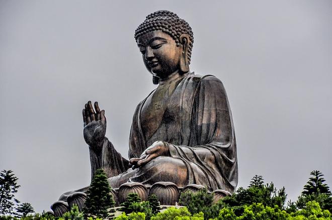 Nhung diem khong the bo qua khi den Hong Kong hinh anh 7 Thiên Đàn Đại Phật (Tian Tan Budda): Được hoàn thành vào đầu thập kỷ 1990, sau 25 năm thi công, nơi đây an tọa bức tượng Phật bằng đồng lớn nhất thế giới, cao 26,4m, nặng 250 tấn, được đặt trên ba tầng bảo tọa. Du khách bước lên 268 bậc thang cấp mới đến được chân tượng Phật. Kiến trúc bảo tọa nơi đây được xây dựng phỏng theo Thiên Đàn ở Bắc Kinh (Trung Quốc) nên có tên là Thiên Đàn Đại Phật. Ảnh: UNESCO.