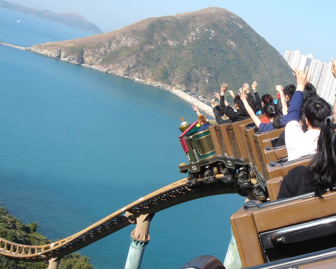 Nhung diem khong the bo qua khi den Hong Kong hinh anh 5 Công viên Hải dương (Ocean Park): Đây là một trong những công viên lớn nhất thế giới, nằm ở phía nam của đảo Hong Kong. Tới đây du khách không chỉ có cơ hội thưởng thức các màn trình diễn đẹp mắt và vui nhộn của các chú cá heo hay hải cẩu, mà còn được chiêm ngưỡng hơn 250 loài sinh vật biển. Ngoài ra còn có nhiều trò vui chơi, giải trí thú vị khác. Ảnh: Themepark.