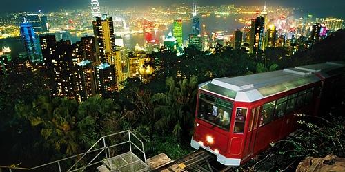 Nhung diem khong the bo qua khi den Hong Kong hinh anh 2 Khi đêm xuống, du khách có thể ngắm nhìn cảnh đêm rực rỡ. Đây được coi là biểu tượng của Hong Kong. Du khách có thể lựa chọn đi bộ lên núi hoặc đi xe điện leo núi lên trên đỉnh. Ảnh: DiscoverHongKong.