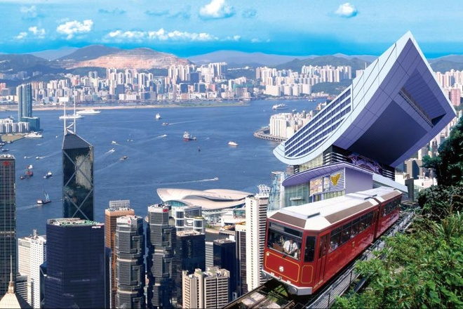 Nhung diem khong the bo qua khi den Hong Kong hinh anh 1 Peak tram: Peak tram nằm ở phía tây đảo Hong Kong, ở độ cao 554 m so với mặt nước biển, là đỉnh núi cao nhất ở xứ hương cảng. Từ đây du khách có thể nhìn thấy toàn cảnh vịnh Victoria, và toàn cảnh Hong Kong.