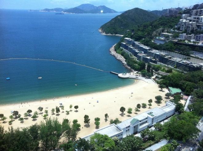 """Nhung diem khong the bo qua khi den Hong Kong hinh anh 11 Vịnh nước cạn (Repulse Bay): Nằm ở phía Nam núi Thái Bình, nơi đây còn được mệnh danh là """"Thiên hạ đệ nhất vịnh"""". Nơi đây không chỉ có bãi biển tuyệt đẹp, mà còn có những căn nhà mang đậm màu sắc thực dân và những khu dân cư với kiến trúc đặc biệt. Chiều xuống, du khách có thể thưởng thức ánh hoàng hôn tuyệt vời trên biển. Ảnh: Squarefoot."""