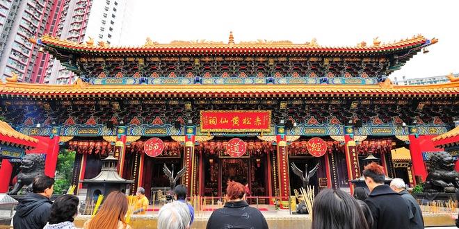 """Nhung diem khong the bo qua khi den Hong Kong hinh anh 12 Đền Wong Tai Sin: Đây là một trong những ngôi đền nổi tiếng nhất Hong Kong, Đền Wong Tai Sin được xây dựng vào năm 1945. Đây là ngôi đền theo Đạo giáo đầu tiên ở Hong kong ở chính phủ cho phép tổ chức đám cưới theo nghi lễ Đạo giáo. Người dân Hong Kong cho rằng, đến đây có thể """"cầu được ước thấy"""". Ảnh: DiscoverHongKong."""