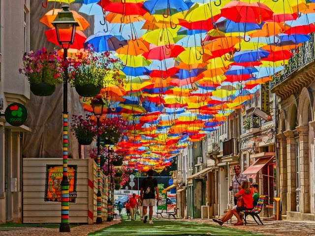 Chiem nguong 'bau troi o du' day sac mau o Agueda hinh anh 1 Cách Lisbon khoảng 240km về phía bắc và cách Porto khoảng 72km về phía nam, thành phố nhỏ Agueda chưa đầy 50.000 dân trở thành tâm điểm du lịch Bồ Đào Nha khi hàng đoàn du khách các nước nghỉ hè từ tháng 7.