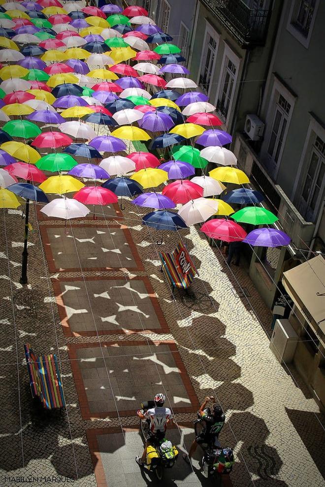 Chiem nguong 'bau troi o du' day sac mau o Agueda hinh anh 6 Ngay cả lúc trời đổ mưa,