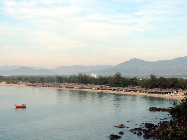 Kham pha ve dep hoang so cua Bai Dai o Nha Trang hinh anh 1 Từ Nha Trang theo đường Nguyễn Tất Thành qua hết đèo Cù Hin, nhìn bên tay trái có nhiều lối dẫn xuống biển Bãi Dài. Bãi biển nơi đây rất sạch, cát mịn, dài khoảng 1km, biển quanh năm sóng êm, thoải, không dốc như biển Nha Trang.
