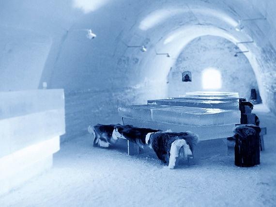 2.Bên trong lâu đài băng (Lâu đài Lumi Linna, Kemi, Phần Lan): Bạn đừng nghĩ tới việc cởi áo khoác ra khi đã ở bên trong lâu đài, thực phẩm ở đây có thể được làm nóng, nhưng nhiệt độ tại đây luôn ổn định ở mức -5 độ C. Tòa lâu đài mở của thông thường từ tháng 1 cho đến tháng 4, khi thời tiết dao động ở mức – 8 độ, và kỳ quan này sẽ được xây dựng lại hàng năm.