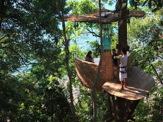 3.Ở trong thân cây (Dinning Pod, Koh Kood, Thái Lan): Những căn phòng sang trọng trên không tại Soneva Resort được bao quanh bởi làn nước xanh như màu ngọc bích, và nơi đây coi nước như một sự cam kết để làm nên điều có ý nghĩa … Soneva đã cấm nhập khẩu nước đóng chai, và thay thế bằng cách bán nước riêng tự sản xuất trong những lọ thủy tinh tái sử dụng. Những điều này đã giúp loại bỏ 50% lượng khí thải carbon từ việc vận chuyển chai nhựa, và 50% lợi nhuận từ việc bán nước sẽ được hỗ trợ cho các dự án cung cấp nước sạch trên toàn cầu. Hơn <abbr class=