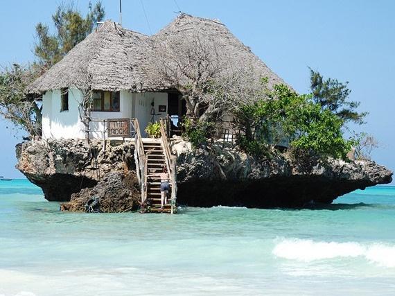 4. Bên trong một tảng đá (The Rock, Zanzibar, Châu Phi): Khởi đầu như là nơi ra khơi của những ngư dân tại bờ biển Michanvi Pingwe giờ đây đã trở thành một trong những nhà hàng hải sản mang tính biểu tượng của Zanzibar. Khi thủy triều thấp du khách có thể đi bộ để tới nhà hàng, nhưng những khi thủy triều lên cao, bạn sẽ cần thuyền để tới nơi.