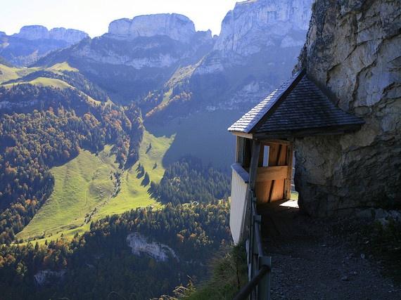 5.Bên vách đá (Aescher Wasserauen, Thụy Sĩ): Độ cao của dãy Alps không phải là điều duy nhất gây khó khăn cho bạn khi tới những dãy nhà gỗ bên vách này. Sử dụng cáp treo để tới có thể là điều tuyệt vời (hoặc đáng sợ) dành cho du khách. Thậm chí nếu bạn có chút lo lắng về chiều cao, thì việc chiêm ngưỡng quang cảnh hùng vĩ của núi non xung quanh sẽ cho chuyến đi thêm giá trị.