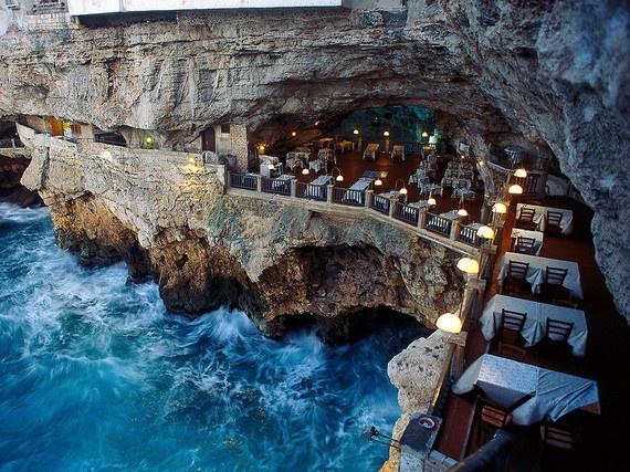 7.Trong một hang động (Grotta Palazzese, Puglia, Italy): Nhà hàng nằm bên trong một hang đá vôi, chỉ mở cửa vào mùa hè (từ tháng 5 tới tháng 10). Đây là nơi đã diễn ra những bữa tiệc sa hoa từ cuối thế kỷ 18, khi những quý tộc người Italy cần không gian cho những tiệc chiêu đãi của họ.