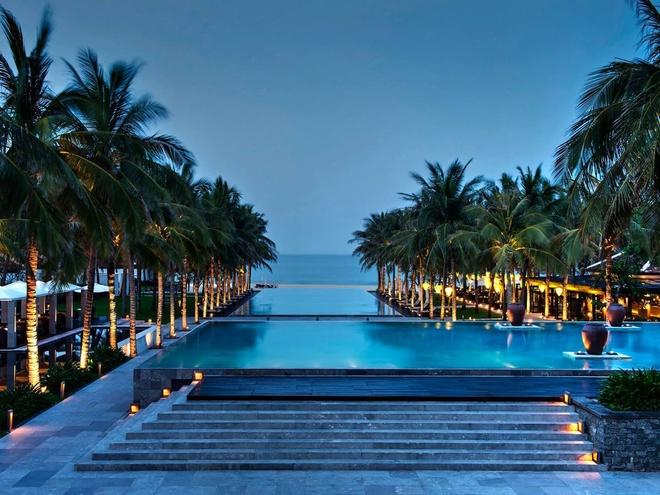 The Nam Hải Resort Hội An, Việt Nam: Hồ bơi có quang cảnh tuyệt đẹp, hướng trực tiếp dẫn ra bãi biển nằm gần đấy.
