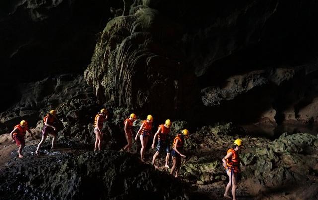 Việc di chuyển trong bóng tối tại hang mang đến cảm giác mạo hiểm.