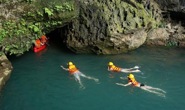 Để vào hang, bạn có thể bơi hoặc chèo thuyền kayak.