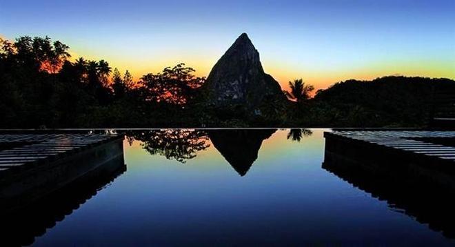 3. Bể bơi ở khách sạn Cocolat: Vẻ đẹp tự nhiên của các vùng đất xung quanh hồ bơi vô cực tuyệt đẹp này nằm ở St. Lucia.