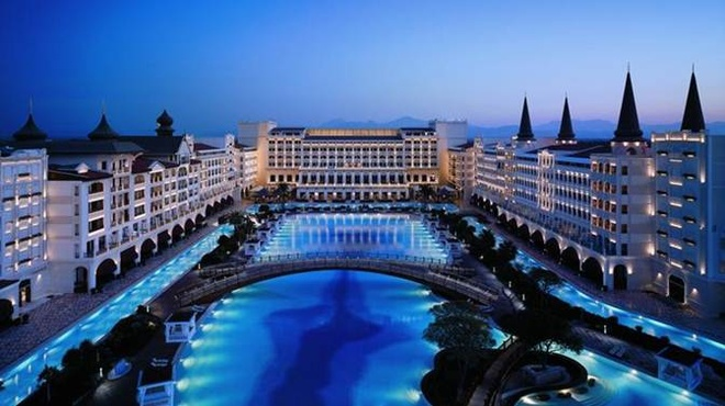 5. Bể bơi ở Mardan Palace Antalya Hotel: Đây là hồ bơi lớn nhất trên thế giới nằm ở Antalya, Thổ Nhĩ Kỳ, đến đây bạn sẽ tận hưởng sự xa hoa chưa từng có.