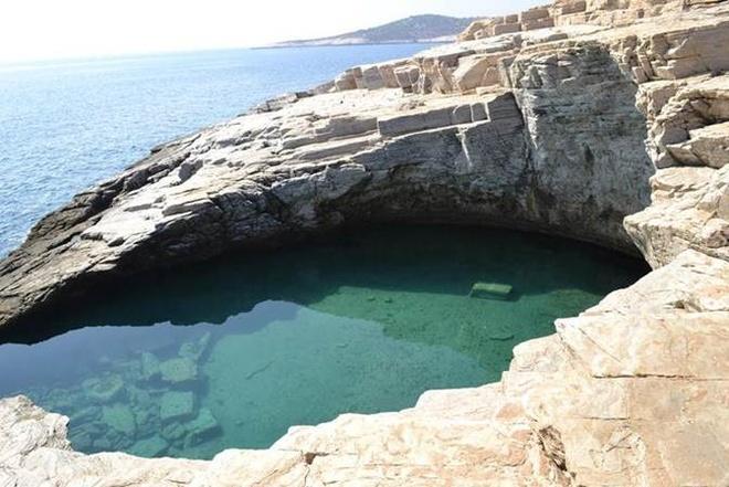 7. Giola Lagoon: Nếu bạn muốn tận hưởng kỳ quan thiên nhiên, thì đây là một bể bơi tuyệt vời được tìm thấy trong quần đảo Hy Lạp.