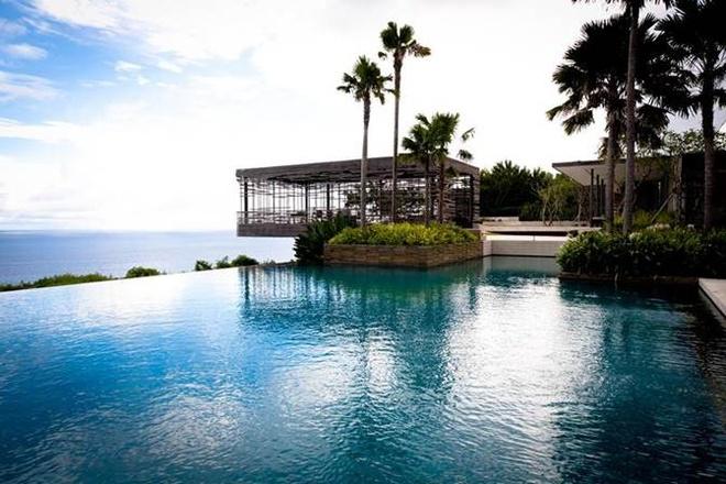 8. Bể bơi ở Alila Uluwatu Resort: Thưởng thức các đại dương đang bao bọc quanh mình đó là vẻ đẹp tự nhiên của bể bơi nằm ở Bali, Indonesia.