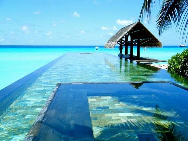 9. Bể bơi One and Only Resort ở Maldives: Bơi trong hồ bơi vô cực này mà nhô ra biển sẽ mang lại sự thư thái tuyệt đối.