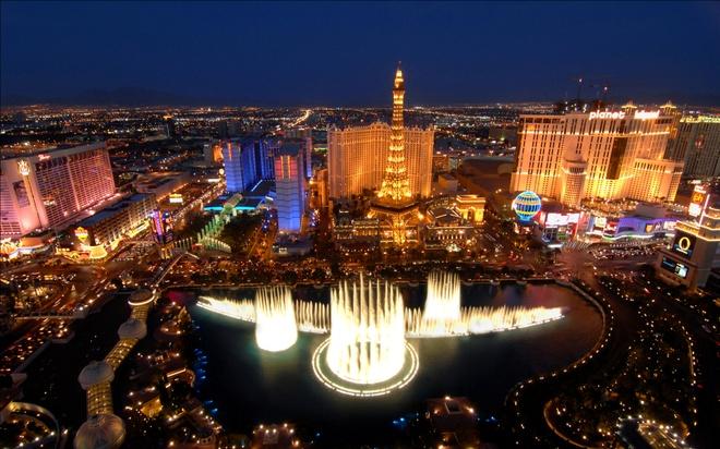 """10 thanh pho duoc yeu thich nhat cua nuoc My hinh anh 7 Las Vegas: Đây là một thành phố nghỉ dưỡng, đánh bạc và ẩm thực nổi tiếng trên thế giới. Được mệnh danh là """"thủ đô giải trí thế giới"""", hay """"thành phố ánh sáng"""" bởi du khách tới đây sẽ được tận hưởng bầu không khí ăn chơi sôi động suốt cả ngày. Các khách sạn tại đây cũng rất đặc biệt, chi phí phòng ngủ và đồ ăn ở Las Vegas cũng rẻ hơn nhiều so với những thành phố khác, bởi nguồn thu chủ yếu của thành phố đến từ các sòng bạc. Ảnh: Flippins.com."""