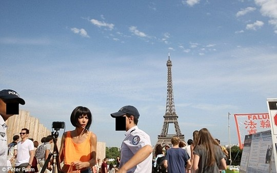 Nu nghe si bi bat vi khoa than gan thap Eiffel hinh anh