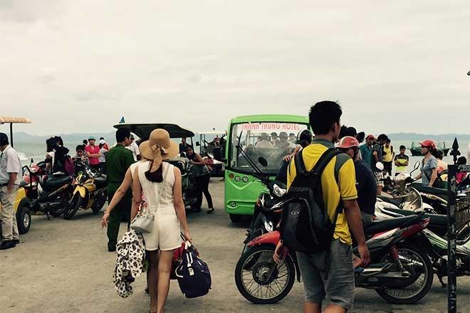 Quang Ninh: Bat nhao dich vu ve tau di Co To hinh anh