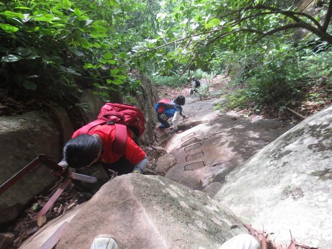 Chinh phuc dinh nui Ba Den hinh anh 3 Độ sâu dốc khá cao, làm cho những người leo núi lần đầu như chúng tôi khá vất vả. Chúng tôi chuẩn bị cho chuyến đi khá tươm tất vì được hướng dẫn từ những người đi trước. Vận động cơ thể trước khi leo núi Bà là điều quan trọng đối với những ai chinh phục đỉnh, và cắm trại đồng cao qua đêm.