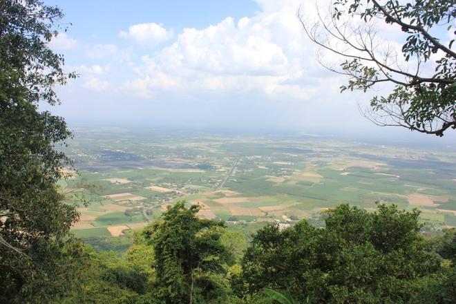Chinh phuc dinh nui Ba Den hinh anh 6 Mãi lo cắm cúi leo núi, một người trong đoàn chúng tôi la toán lên, vì nhìn lại toàn cảnh Tây Ninh hùng vĩ hơn bao giờ hết. Một vẻ đẹp của vùng đồng bằng trải dài bằng màu xanh mượt mà của rừng cây và những thửa ruộng hoa màu nơi đây.