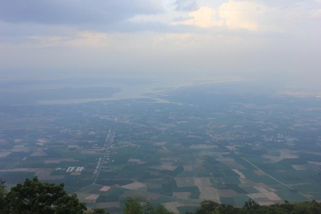 Chinh phuc dinh nui Ba Den hinh anh 1 Con đường chinh phục núi Bà thách thức nhiều giới trẻ về tình đồng đội, khả năng leo núi và cắm trại đồng cao. Có nhiều con đường để chinh phục núi Bà Đen, nhưng đơn giản nhất là men theo con đường chùa để đến đỉnh.