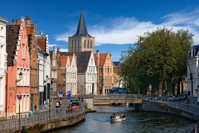 Top 10 thanh pho du lich co gia re nhat chau Au hinh anh 1  Bruges, Bỉ: Thành phố nhỏ bé này của Bỉ như một bức tranh cổ xưa đưa bạn trở về với những năm tháng hoàng kim nhất của Châu Âu phồn thịnh. Đến đây bạn có thể kết hợp đi bộ và ngồi thuyền lả lướt trên các dòng kênh. Giá cho mỗi chuyến đi thuyền 30 phút là 7 euro (khoảng 194.000 đồng). Khách du lịch cũng có thể dễ dàng đi sâu vào những con hẻm nhỏ, lắt léo. Giá thuê một chiếc xe khoảng 15 euro (khoảng 415.000 đồng) một ngày.