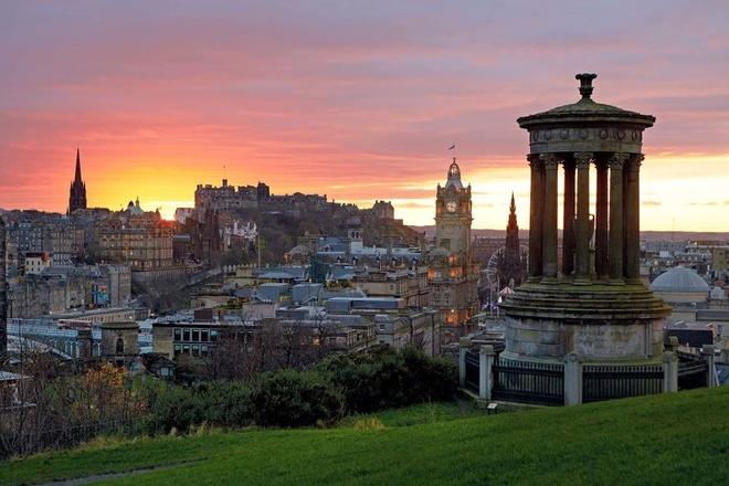Top 10 thanh pho du lich co gia re nhat chau Au hinh anh 3 Edinburgh (thủ đô của Scotland): Nơi đây hấp dẫn du khách bởi 2 thành phố khác biệt: Thành phố cổ và thành phố hiện đại. Đây là những di sản thế giới với 4500 các toà nhà được công nhận. Thành phố Edinburgh đẹp mê hồn trải dài trên núi, gần biển, có sự ồn ào, tấp nập của một đô thị lớn, nhưng lại cũng không thiếu những góc yên bình và lãng mạn của vùng quê.