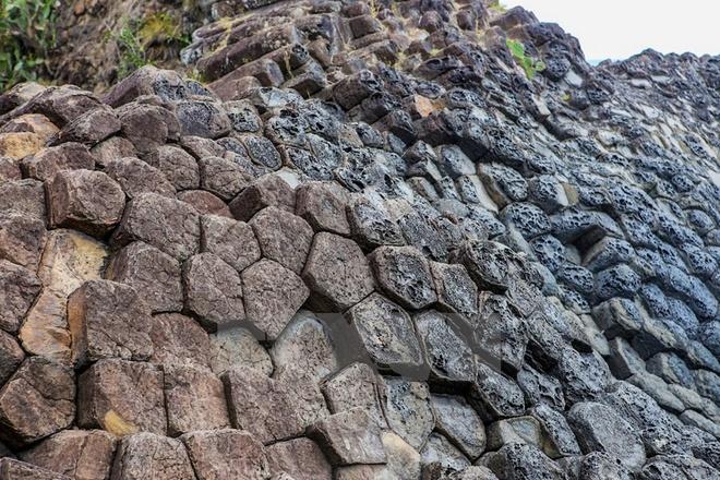 Nhìn từ xa, Gành đá trông giống như một tổ ong khổng lồ vô cùng kỳ vĩ.
