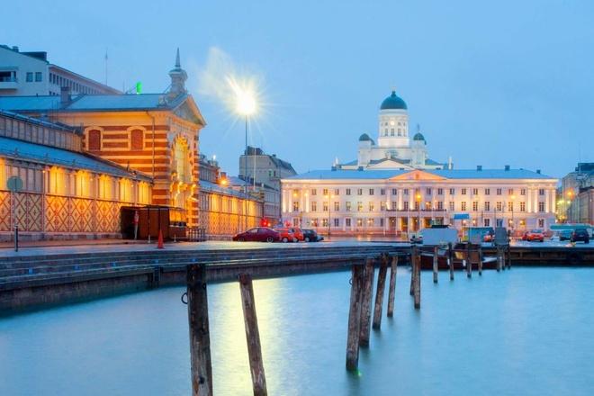 Top 10 thanh pho du lich co gia re nhat chau Au hinh anh 4 Helsinki, Phần Lan: Điểm nổi bật nhất của Helsinki đó là khu vực quanh bến cảng với chợ trời và Kauppahali (Old Market Hall) nơi du khách có thể thưởng thức đồ ăn Phần Lan và mua đồ lưu niệm. Ngay cạnh đó là công viên Espalanadi – lá phổi xanh của thành phố và quán càphê nổi tiếng nhất ở thủ đô. Từ bến cảng đi lên một chút là nhà thờ Oxthodox nổi tiếng, quảng trường nghị viện, nhà thờ Trắng và nhà thờ đá.