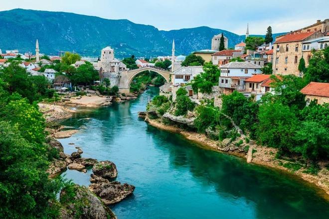 Top 10 thanh pho du lich co gia re nhat chau Au hinh anh 5 Mostar, Bosnia và Herzegovia: Trong khi hầu hết du khách đến Đông Âu thăm Sarajevo của thủ đô Bosnia, thì thành phố nhỏ Mostar trong khu vực Herzegovina cũng là địa danh có giá trị không kém cho các cuộc hành hương. Thành phố đẹp như tranh vẽ này là nơi có cây cầu nổi tiếng Stari Most của vùng Balkan và được bao quanh bởi các dãy núi xanh tươi, điều này làm cho thành phố thực sự trở nên sống động trong những tháng mùa hè.