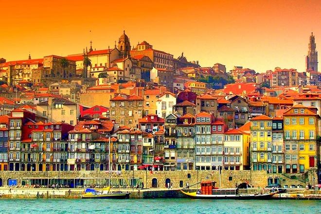 Top 10 thanh pho du lich co gia re nhat chau Au hinh anh 6 6. Porto, Bồ Đào Nha: Thật khó mà cưỡng lại được trước vẻ đẹp của thành phố lãng mạn thứ hai của Bồ Đào Nha-Porto. Nằm trên bờ biển của Rio Douro, thị trấn này là nơi hội tụ của màu sắc và phong cách kiến trúc độc đáo. Cũng do tình hình kinh tế nên những năm gần đây chi phí sinh hoạt của Bồ Đào Nha đã giảm xuống đáng kể, do đó chi phí du lịch ở đây cũng có giá mềm hơn rất nhiều so với các quốc gia Tây Âu khác.