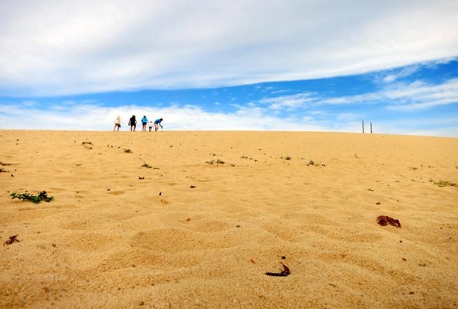 Bua tiec bai bien tan huong binh yen Quy Nhon hinh anh 4 Đồi cát Nhơn Lý - địa điểm lý tưởng để trượt cát và dạo chơi, chụp ảnh.