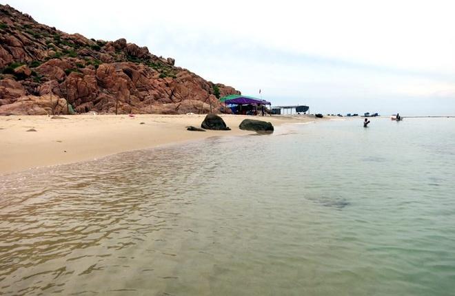 Bua tiec bai bien tan huong binh yen Quy Nhon hinh anh 1 Bãi tắm trên đảo Hòn Khô, với 2 cái chòi duy nhất ngư dân dựng lên để khách du lịch ở lại ăn uống, nghỉ ngơi và vui chơi (ảnh N.H)