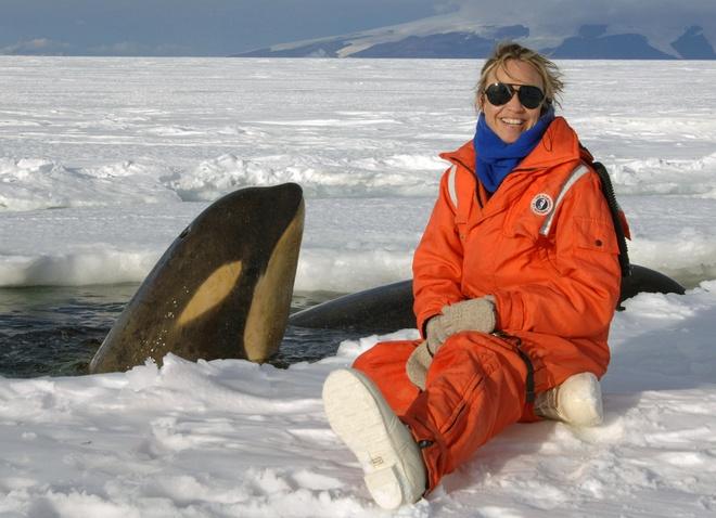 Su song cua dai duong: nhung hinh anh chua duoc cong bo hinh anh 1 Nhà hải dương học Lisa Ballance cùng những con cá voi. Bức ảnh được chụp tại phía Nam biển Ross, Nam Cực