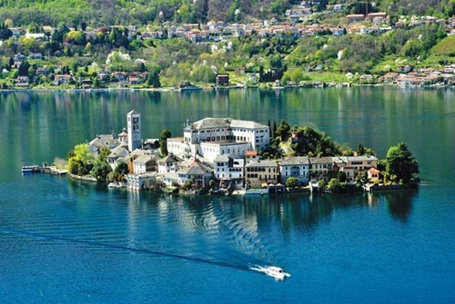 Thành phố Angera bên hồ Maggiore