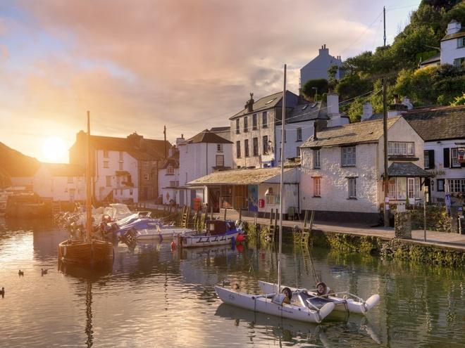 2. Anh: Chi tiêu trung bình của mỗi khách du lịch quốc tế là 1316 $.